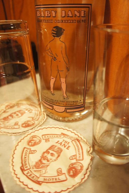 Kostenloses Wasser in Vintage-Flaschen, Jane Hotel New York